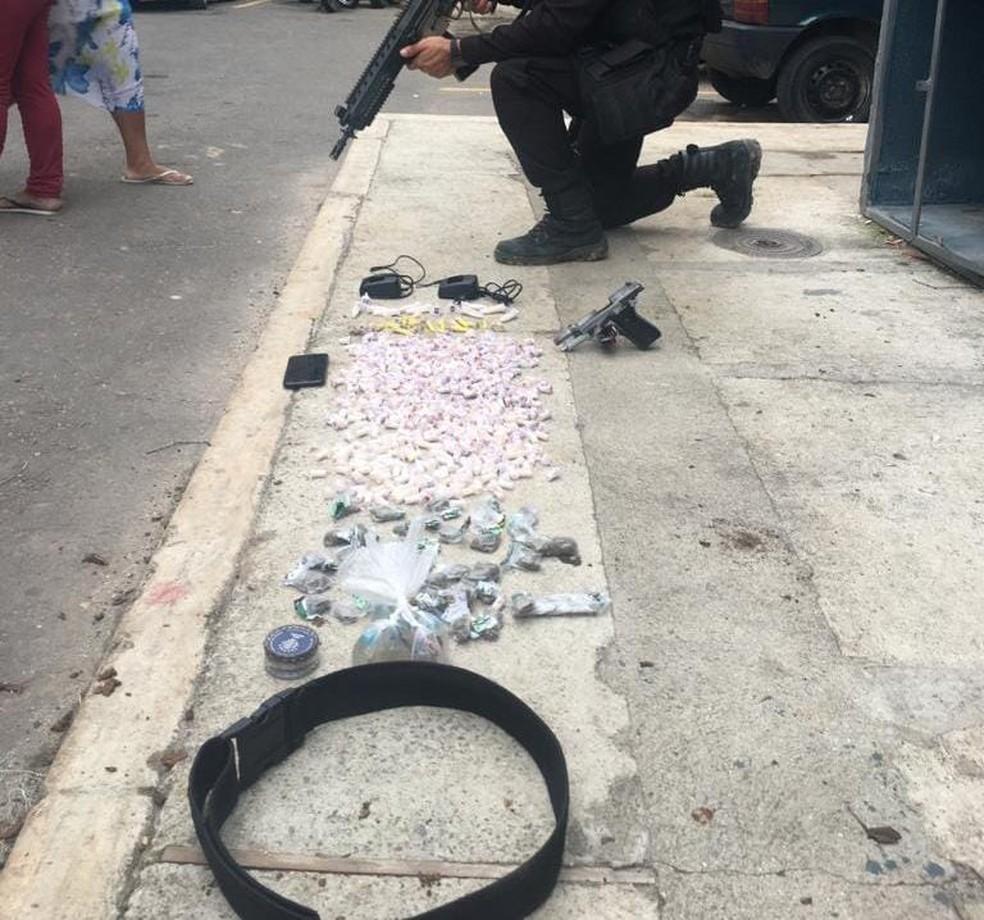 Operação de combate ao tráfico de drogas prende três no bairro Paraíso, em Barra Mansa — Foto: Divulgação/Polícia Militar