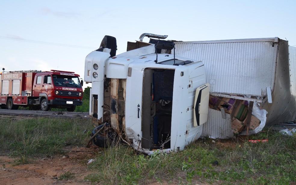 Caminhão capotou após batida frontal na BA-262 (Foto: Frarlei Nascimento/Blitz Conquista)