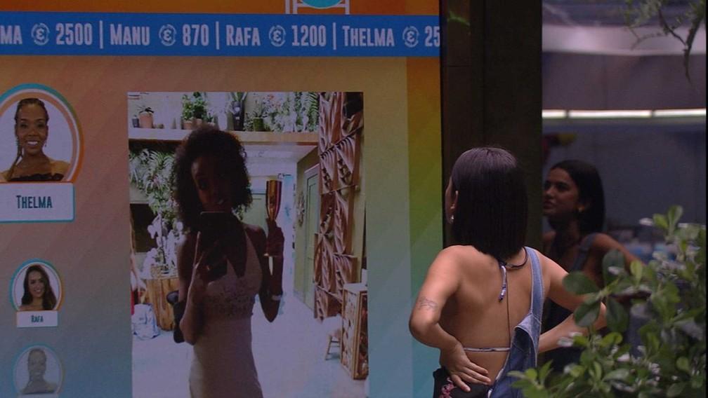 Manu observa cronômetro na sala do BBB20: 'Um dia, seis horas e 52 minutos' — Foto: Reprodução/Globo