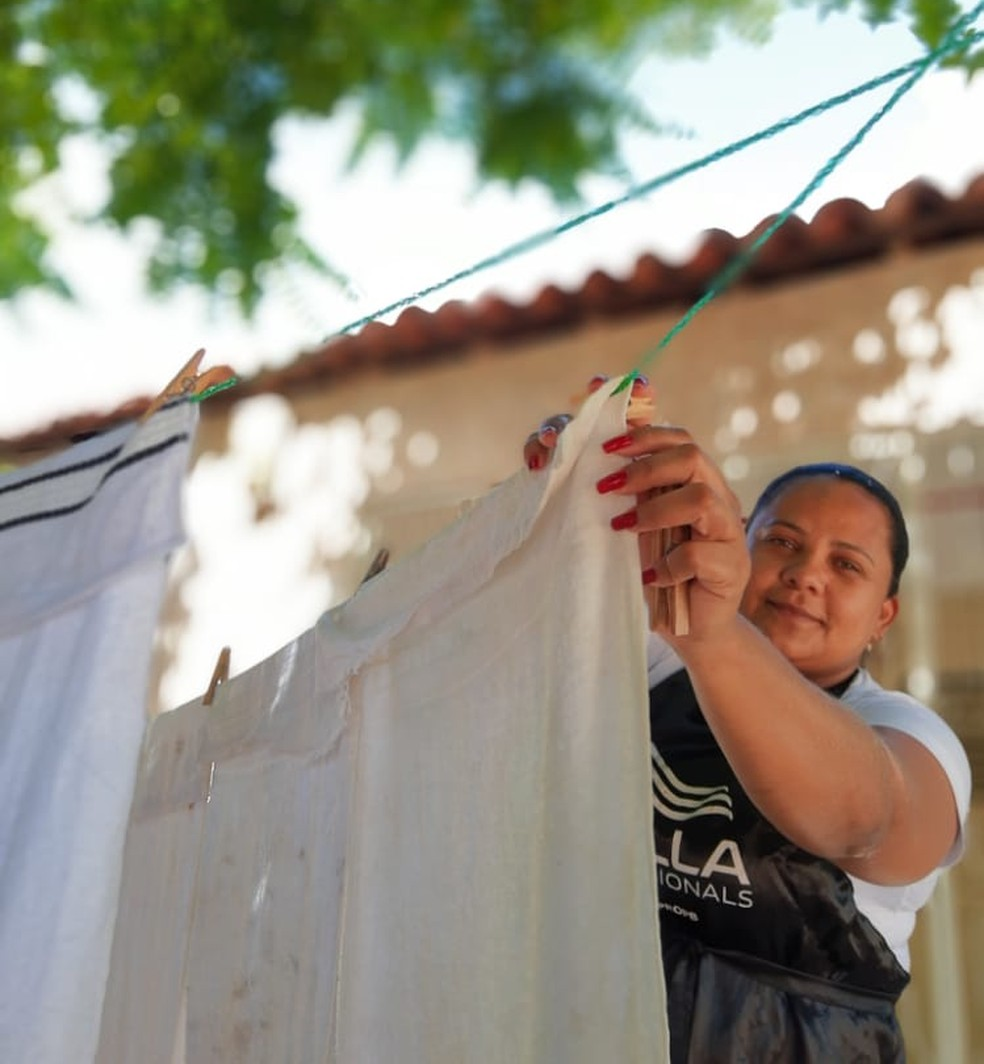 Esposa de Giorggio estende roupas em varal produzido por ele, na PB — Foto: Giorggio Anbrantes/Arquivo pessoal