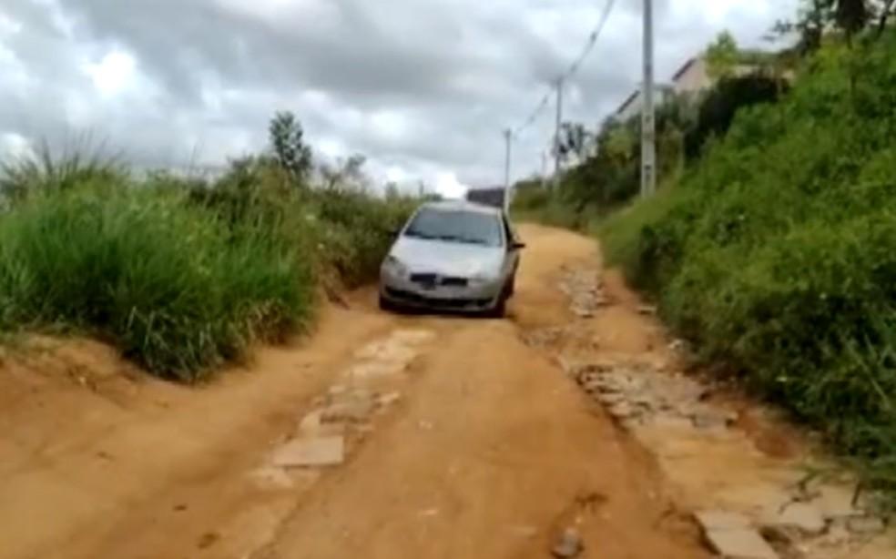 Mato alto e falta de pavimentação causa dificuldades para motoristas que acessam a Av. 29 de Março, em Salvador — Foto: Reprodução/TV Bahia