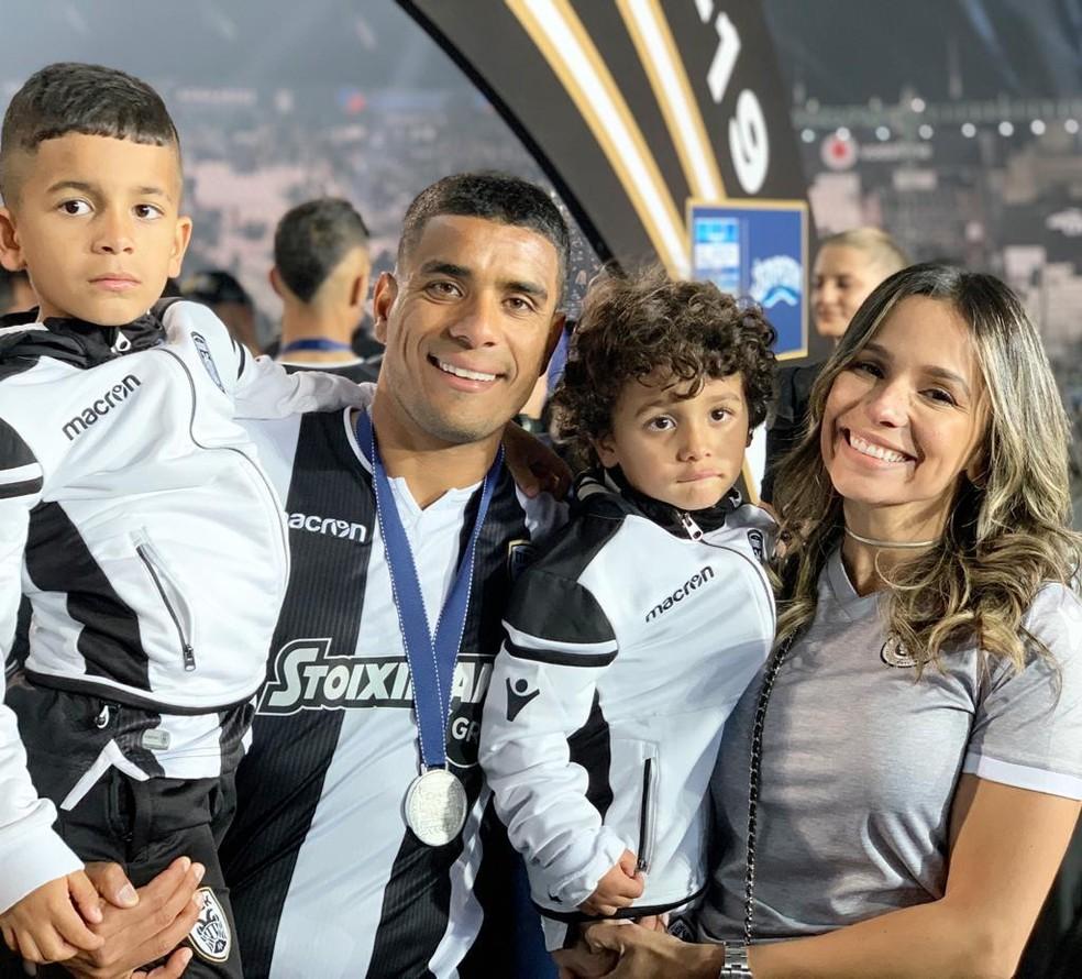 Titular do PAOK, Léo Matos comemorou o título grego com a família — Foto: Arquivo Pessoal