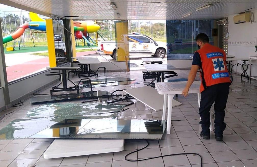 Refeitório teve vidraças atingidas em Criciúma por fortes ventos — Foto: Defesa Civil de Criciúma/Divulgação