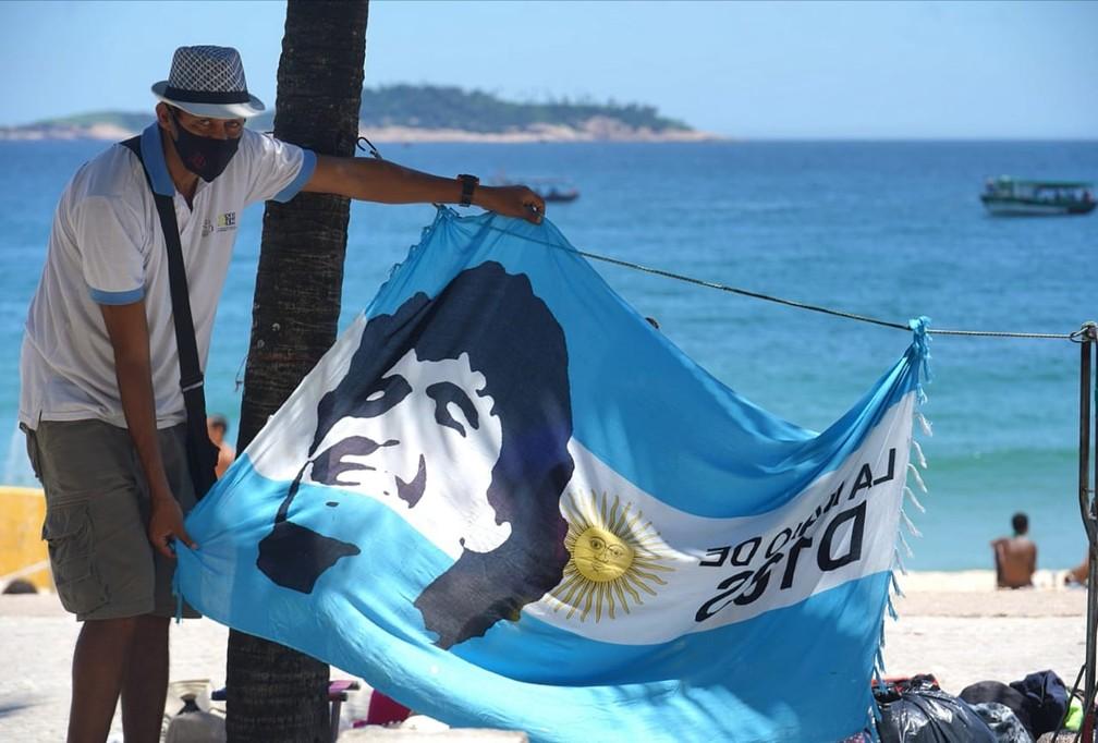 Canga em homenagem a Maradona trazia a frase 'A mão de Deus' — Foto: Marcos Serra Lima/G1