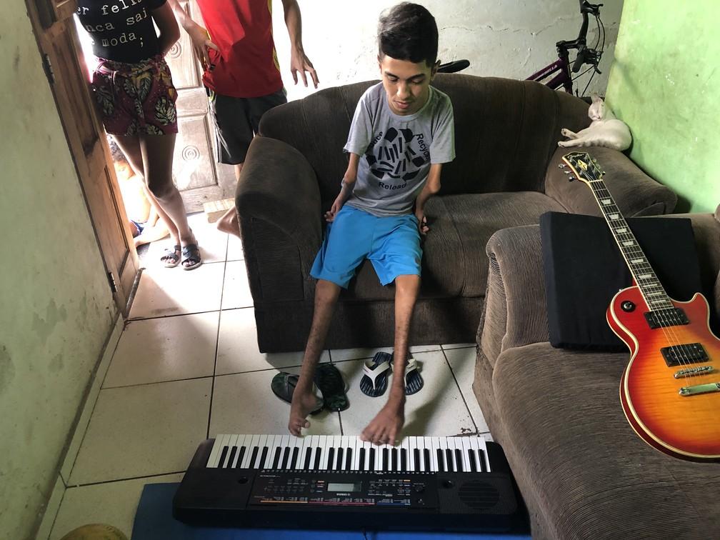 Lucas Silva é músico e toca até teclado com os pés — Foto: Paulo Pontes