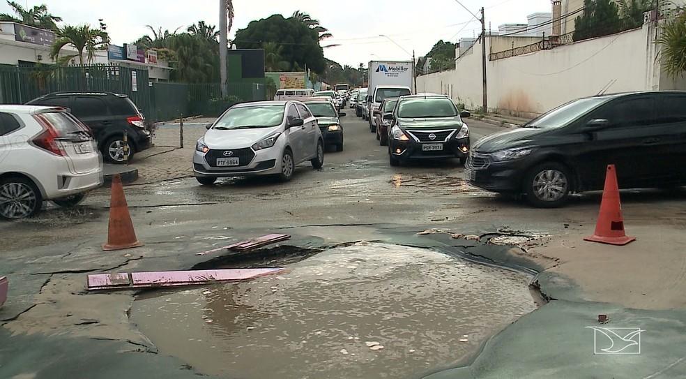 Asfalto cedeu e abriu uma cratera, causando congestionamento na região do bairro Olho D'Água em São Luís.  — Foto: Reprodução/TV Mirante