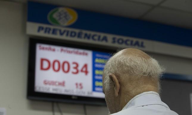 Aposentado espera atendimento na agência do INSS em Copacabana