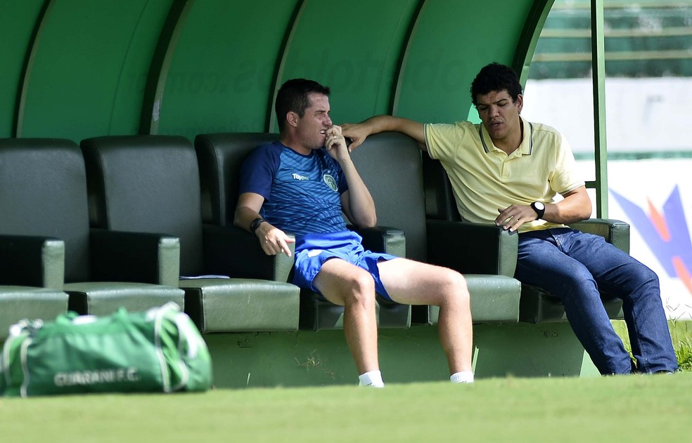 Osmar Loss conversa com o coordenador Gabriel Remédio no Brinco — Foto: Marcos Ribolli