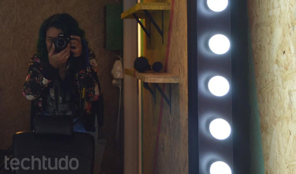 Espaço dedicado para vídeos de beleza tem 'espelho falso' com espaço para câmera (Foto: Melissa Cruz Cossetti / TechTudo)