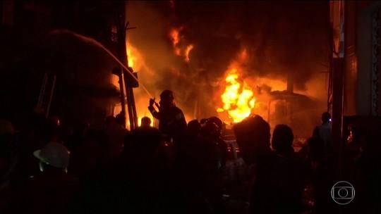 Incêndio em prédios mata dezenas na capital de Bangladesh