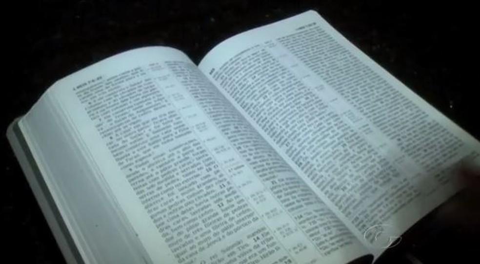 Bíblia sagrada — Foto: Reprodução/ TV Gazeta