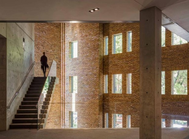 Na parte da frente, as janelas pequenas iluminam o ambiente, que, dependendo do local é mais claro ou escuro (Foto: Jeff Goldberg/ Reprodução)