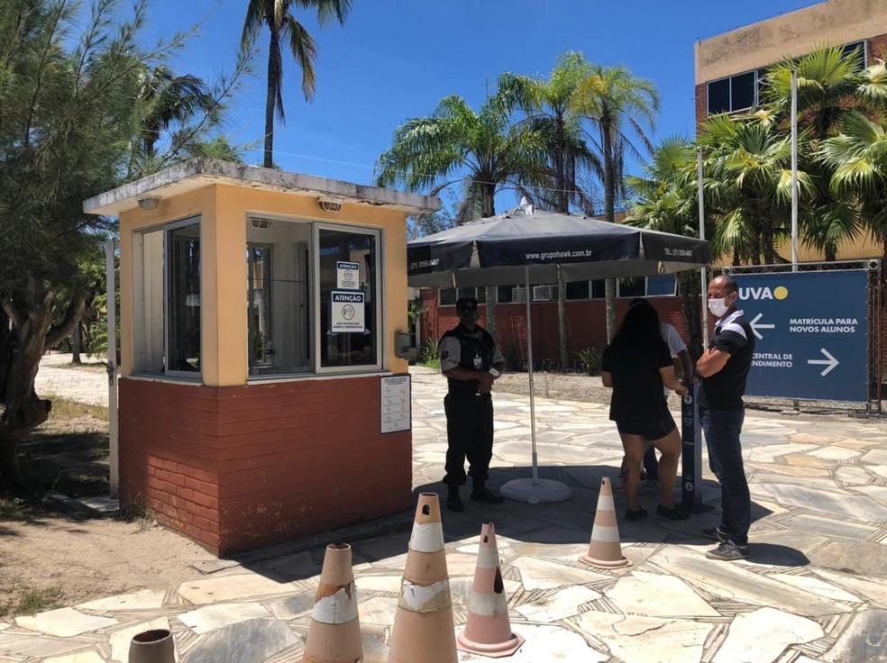 Na entrada, os protocolos de segurança estipulados pelo Ministério da Educação estavam sendo seguidos. — Foto: Isadora Aires