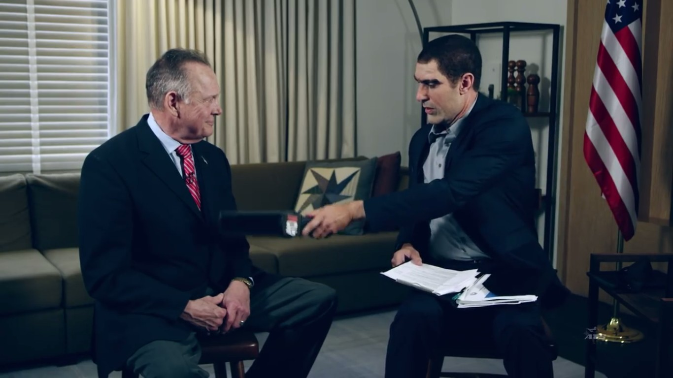 O instante em que Sacha Baron Cohen usa o falso detector de pedófilos no político Roy Moore (Foto: YouTube)