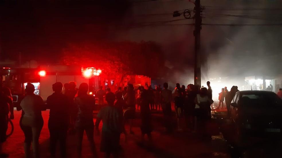 Corpo de Bombeiros combate as chamas em mercadinho na Grande Natal — Foto: Sérgio Henrique Santos/Inter TV Cabugi