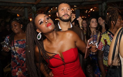 Convidados se divertem com show de Carlinhos Brown
