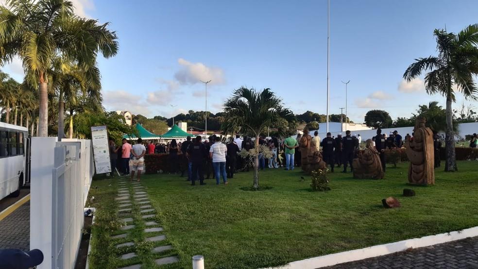 Corpo do sargento Ricardo Brito é sepultado no cemitério Morada da Paz, em Emaús — Foto: Sérgio Henrique Santos/Inter TV Cabugi