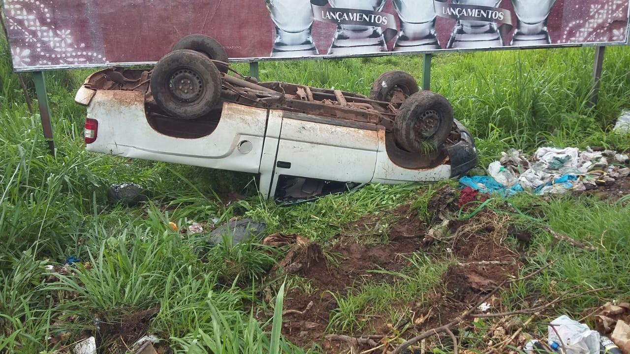 Condutora perde controle da direção e carro capota na avenida Turiano Meira; ocupantes estão bem