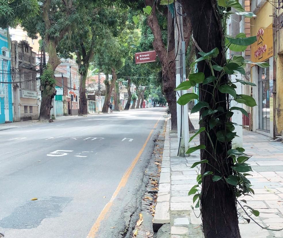 Avenida Nazaré, uma das mais movimentadas do centro de Belém, depois do decreto estadual de isolamento pelo novo coronavírus — Foto: Jorge Sauma/G1