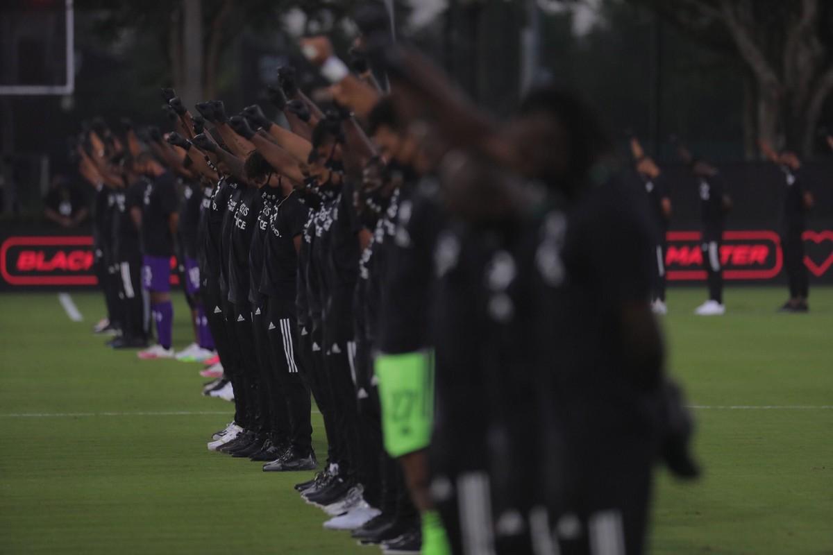 Grande protesto antirracista com 100 jogadores negros em campo marca reinício da MLS nos EUA – globoesporte.com