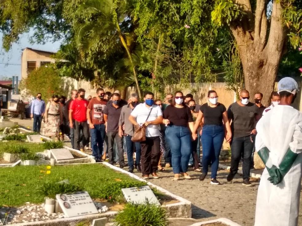 Grupo de amigos e familiares no enterro do deputado estadual João Peixoto, em Campos, vítima da Covid-19 — Foto: Paulo Veiga/G1