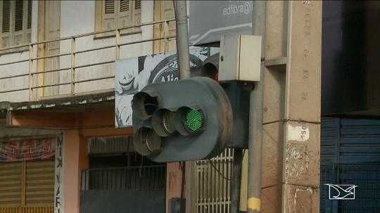 Motoristas e pedestres reclamam da falta de sinalização em via