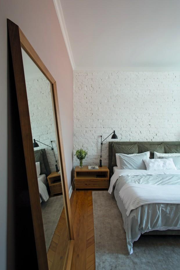 A cama da Sava Móveis, com roupa da Blue Gardenia, fica à frente da parede descascada e pintada de branco (Foto: André Klotz / Editora Globo)