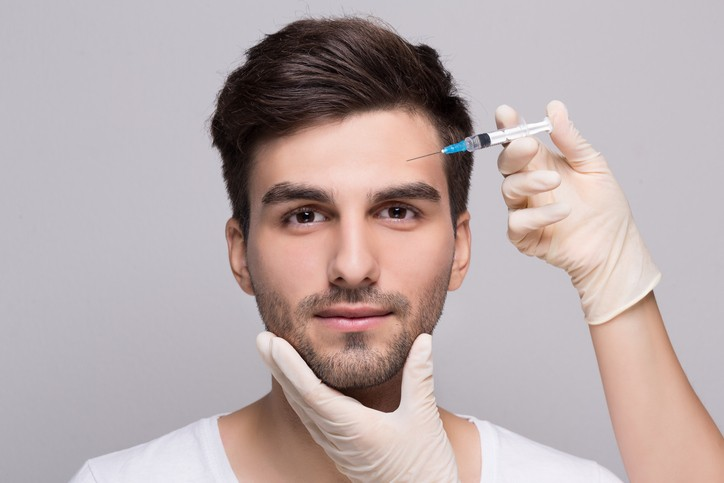 Filler forehead injection for male face in beauty clinic (Foto: Getty Images/iStockphoto)