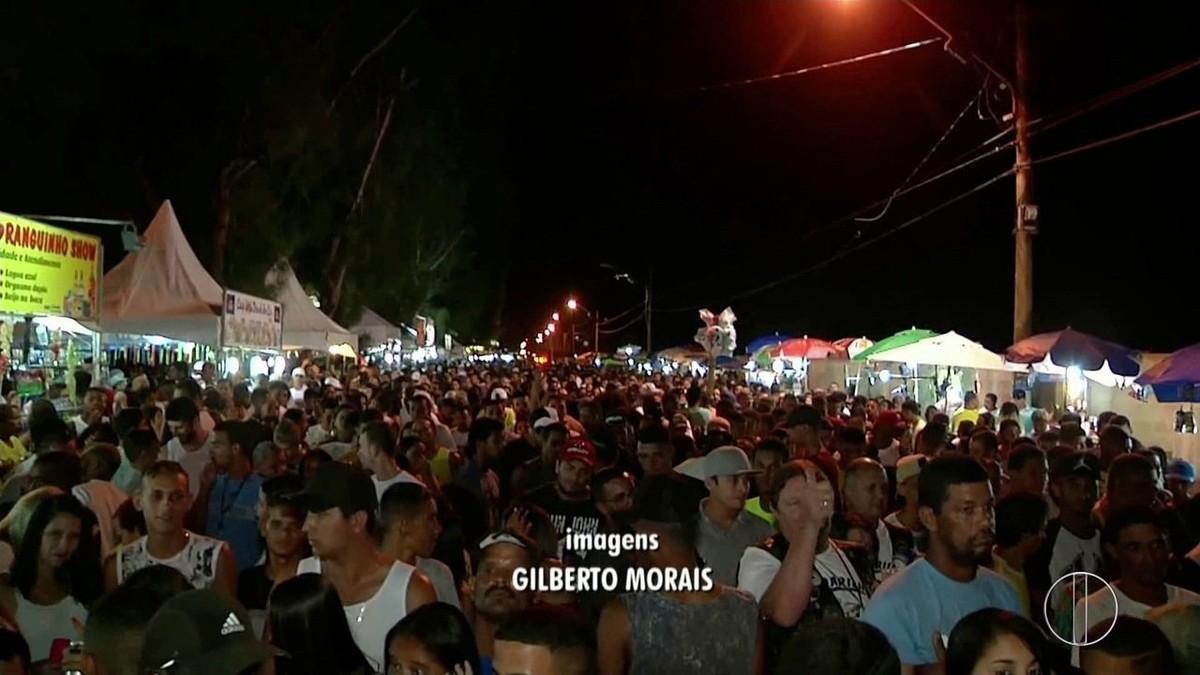 Cerca de 20 mil pessoas participam do show da virada na praia do Farol, em Campos, no RJ