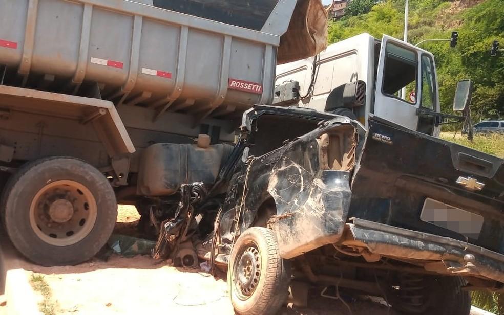Motorista do carro ficou preso às ferragens — Foto: Cid Vaz/TV Bahia