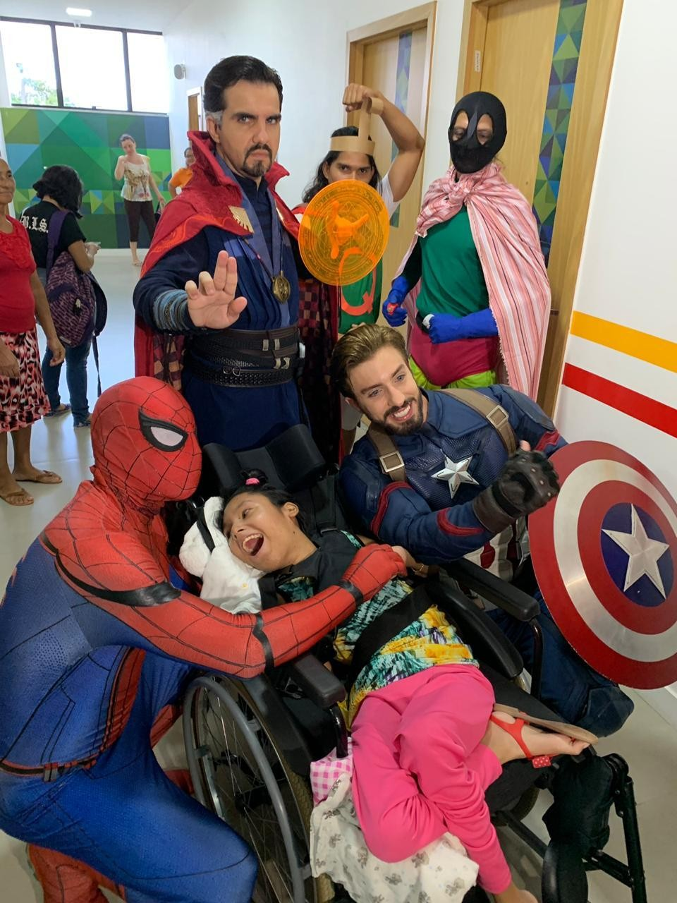 Cosplay de super-heróis fazem visita a crianças do Centro de Recuperação em Belém