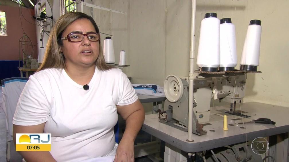 Cristiane Silva acredita costurar o uniforme que o neto vai usar — Foto: Reprodução/Bom Dia, Rio