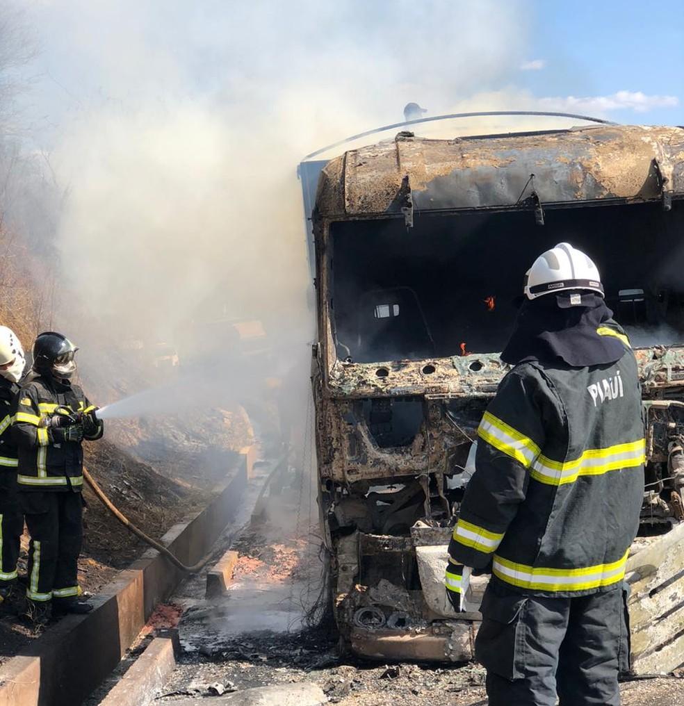 A parte frontal da carreita ficou totalmente destruída — Foto: Divulgação/Corpo de Bombeiros de Picos