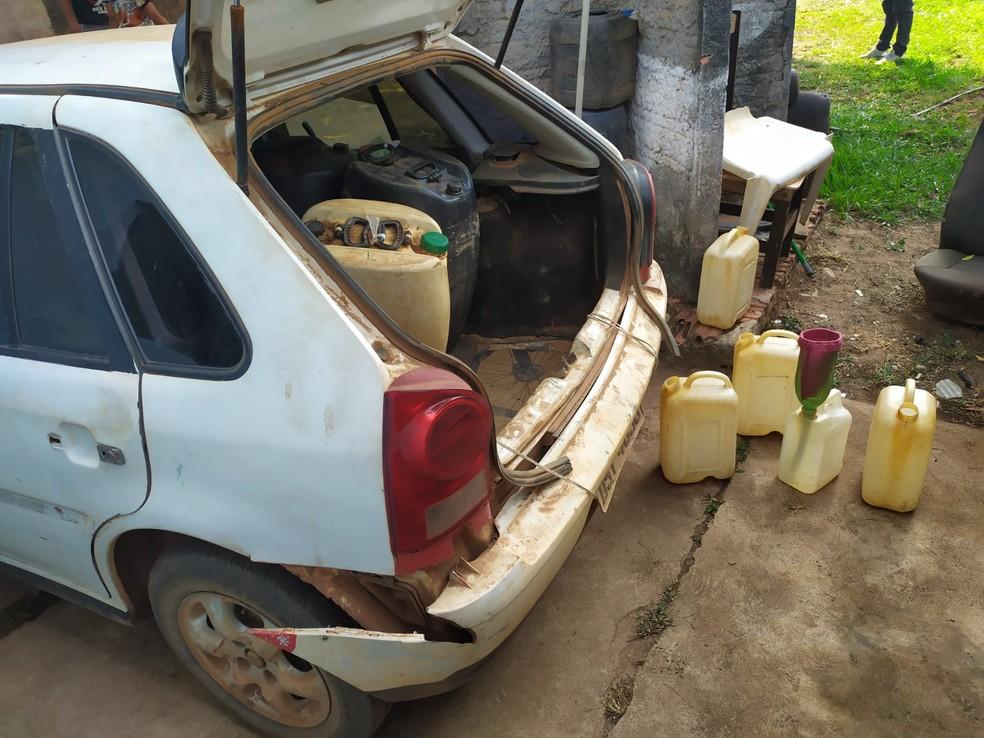 Polícia diz ter flagrado motoristas abastecendo em ponto clandestino em Guajará-Mirim — Foto: PF/Divulgação