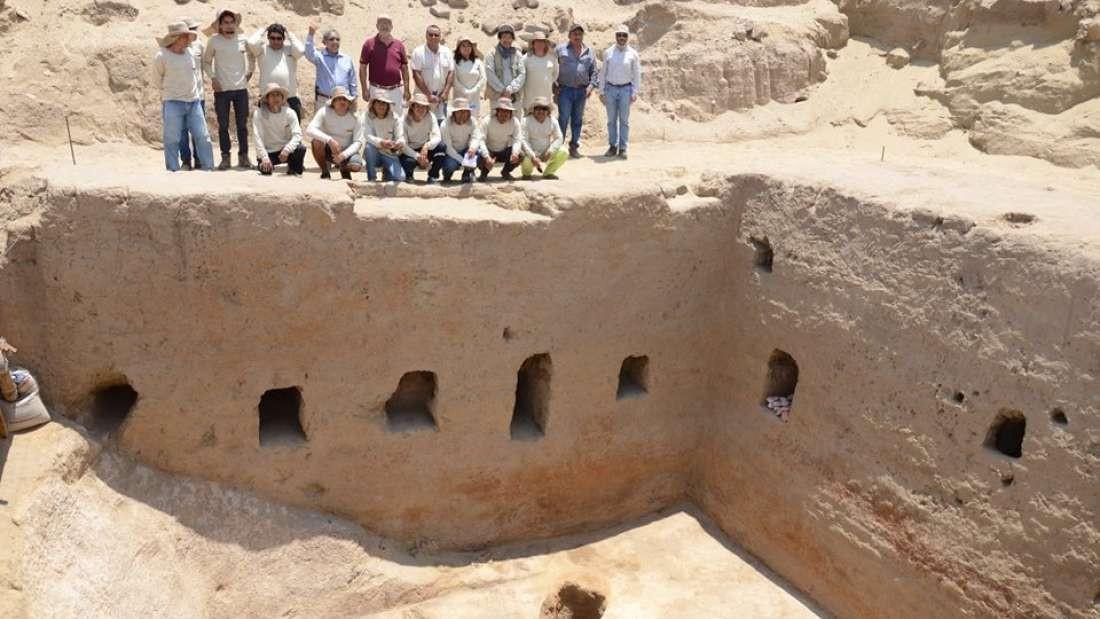 Pesquisadores ao lado da tumba inca achada em Mata Índio em Lambayeque (Foto: Unidad Ejecutora 005 Naylamp-Lambayeque/Ministerio de Cultura del Perú)