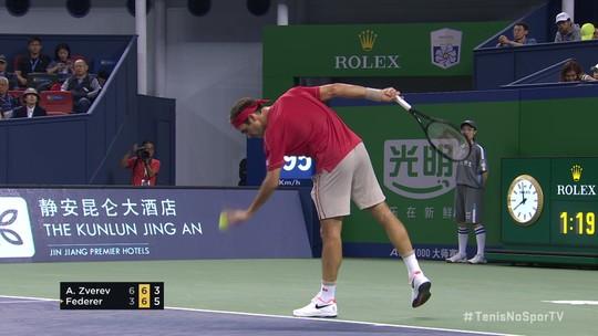 Zverev chega a mais um match point, mas Federer vira de novo e vence o segundo set