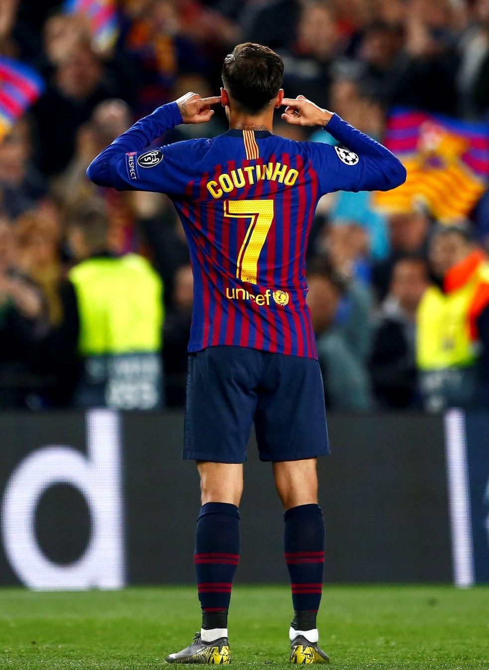 Coutinho tapa os ouvidos em Barcelona x Manchester United — Foto: EFE/ Enric Fontcuberta