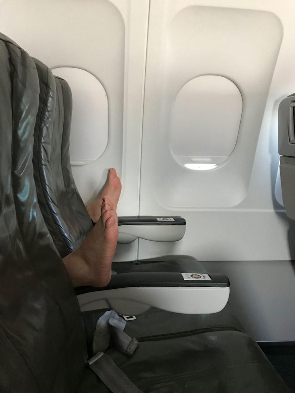 Pés descalços de passageira transformam viagem aérea de americana em 'pesadelo' (Foto: Jessie Char/Twitter)