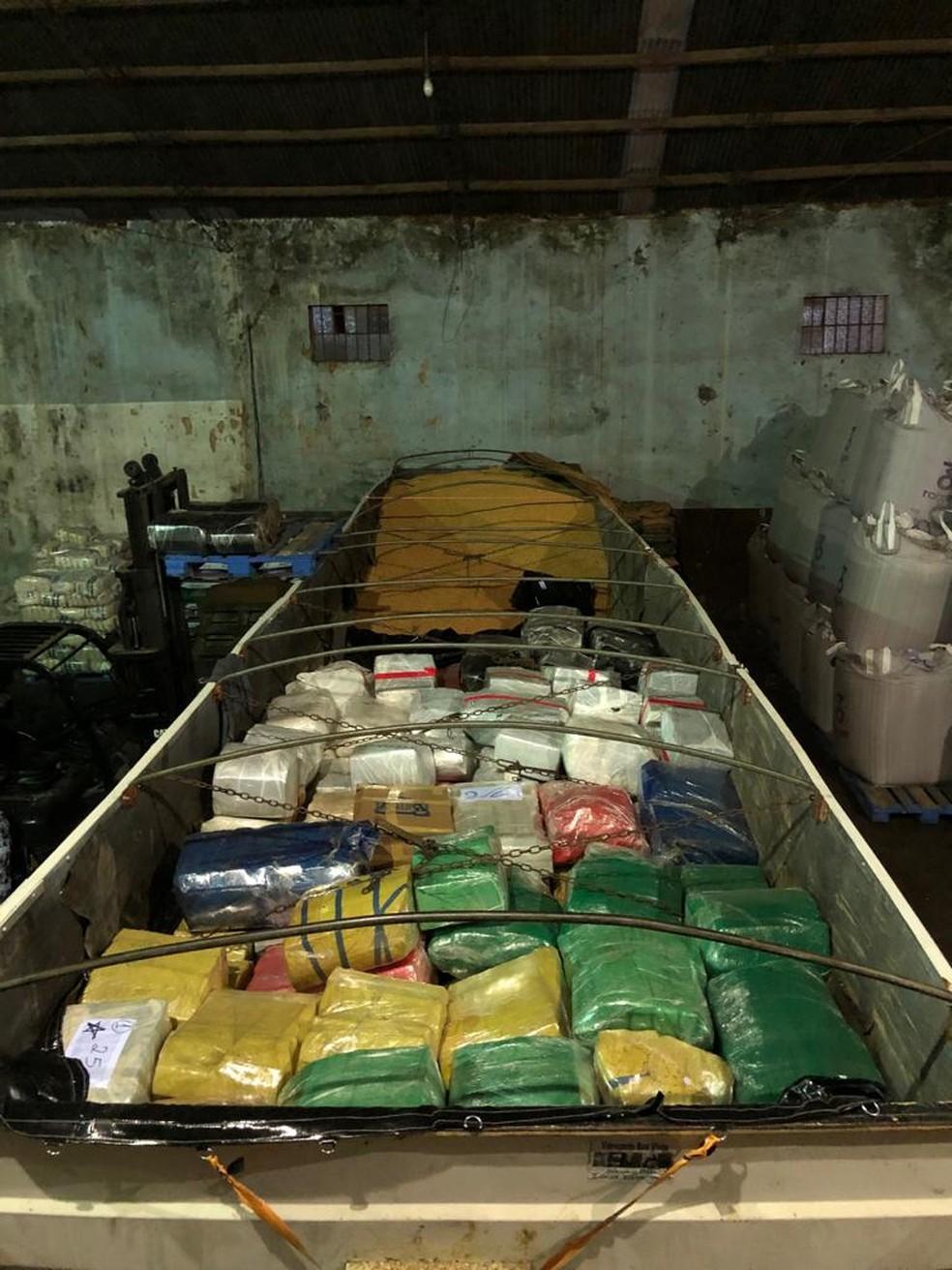 A droga estava sendo descarregada de um caminhão e colocada em uma carreta que seguiria até Santa Catarina. — Foto: Polícia Federal/Divulgação