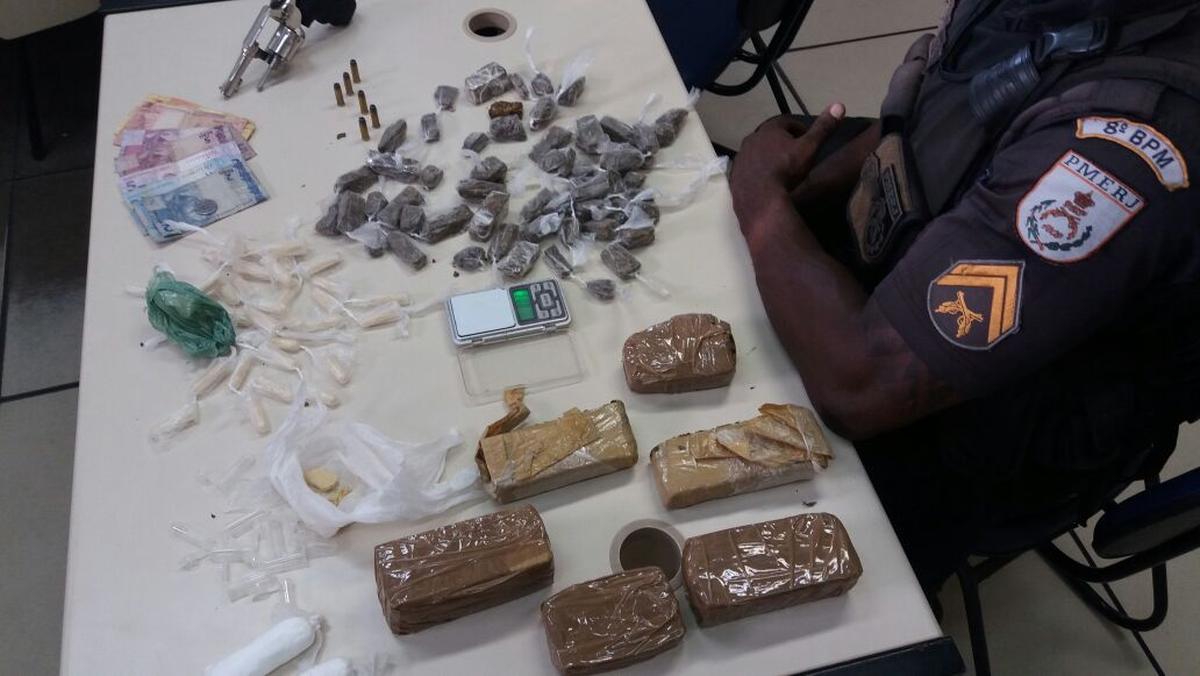 PM apreende mais de 3 kg de drogas embaixo de uma pia em São Francisco de Itabapoana, no RJ