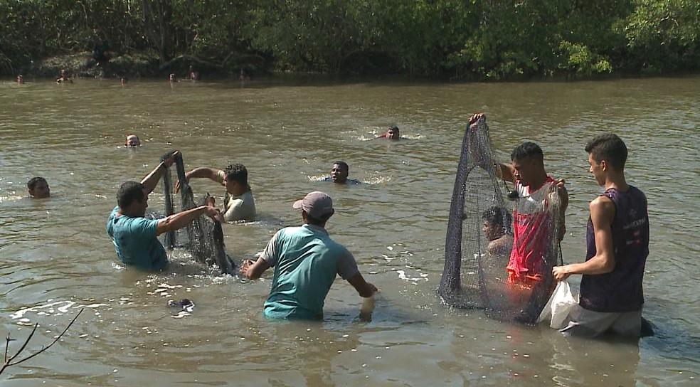 Vários vizinhos se reuníram e usaram uma rede de pesca para achar Marcos Paulo dentro da água (Foto: Reprodução/TV Mirante)