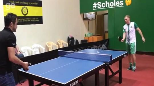 Em Dubai, Falcão brinca de ping-pong com multicampeão inglês Paul Scholes; vídeo