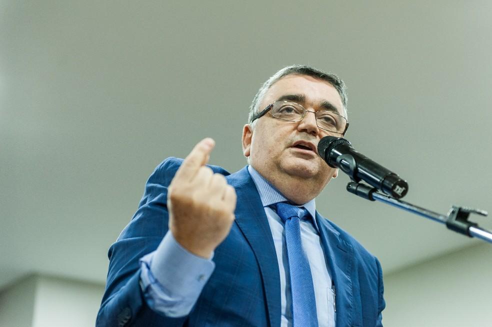 Osvaldo Sestário reclama da demora na decisão do VAR — Foto: Janailton Falcão/Manaus FC