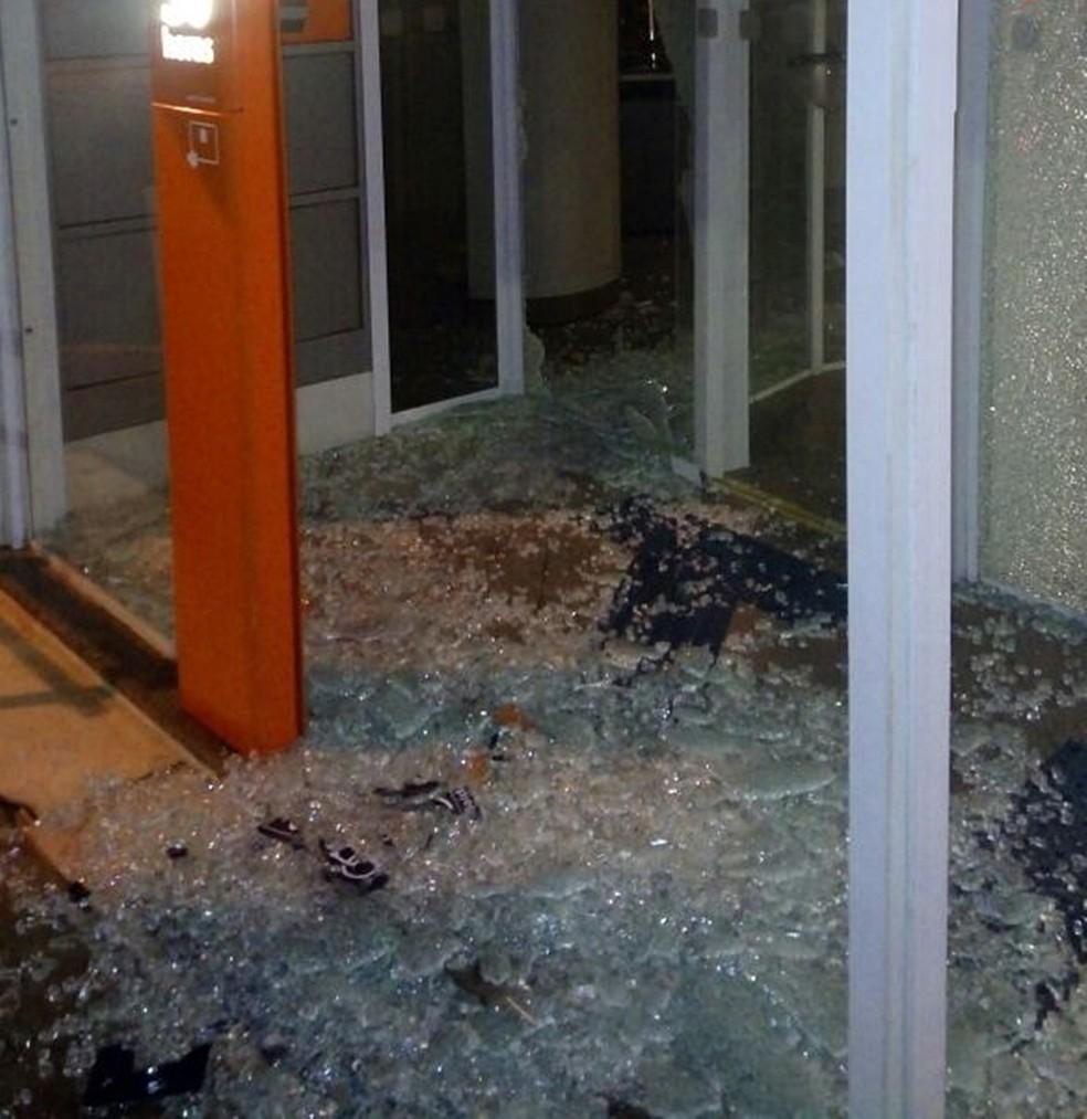 Vidros de agência foram quebrados por suspeitos em Cássia (MG). (Foto: Polícia Militar)