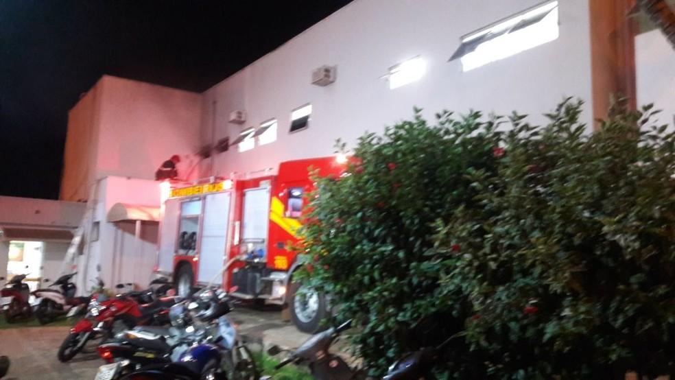 Os bombeiros foram acionados e estão trabalhando na unidade (Foto: Nayana Bricat/TVCA)