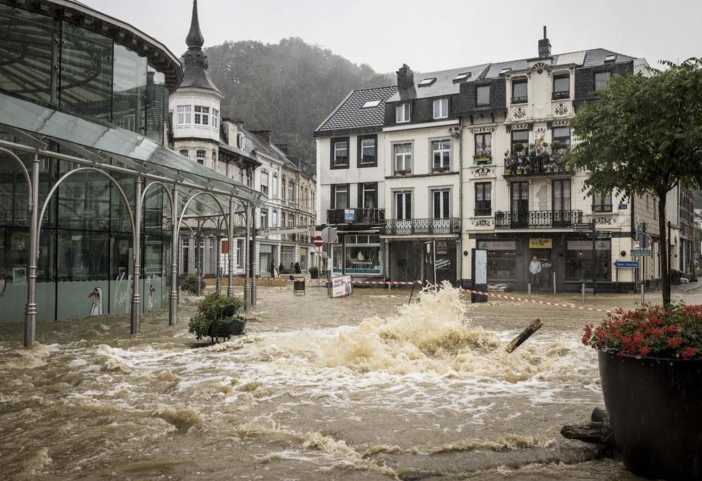 """Lojista observa enchente criar """"rio"""" na principal rua do centro de Spa, na Bélgica, em 14 de julho de 2021 — Foto: Valentin Bianchi/AP"""