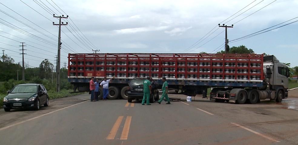 Caminhão que transportava gás ficou atravessado na BR-135 (Foto: Reprodução/TV Mirante)