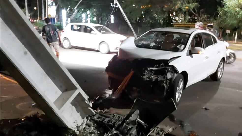 Carro bateu em um poste na Avenida Salim Farah Maluf, em Presidente Prudente — Foto: Leandro Campos/TV Fronteira
