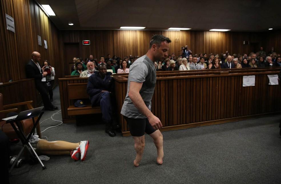 Oscar Pistorius caminha sem suas próteses de pernas durante audiência na Alta Corte em Pretória, África do Sul (imagem de arquivo) (Foto: Siphiwa Sibeko/AFP)