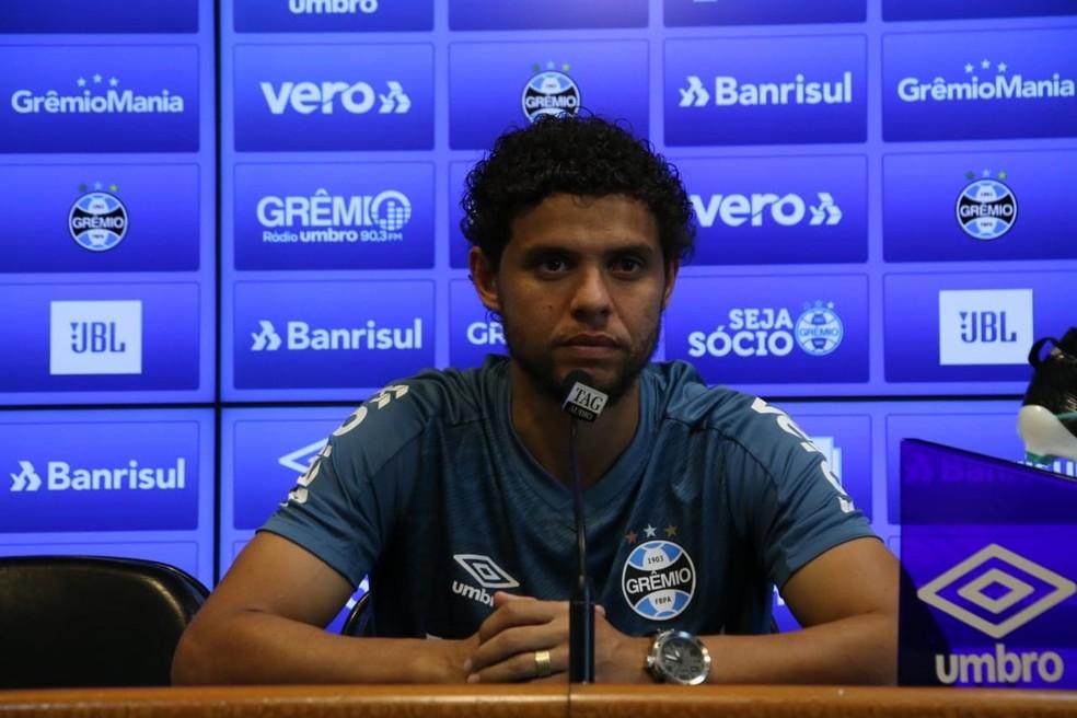Victor Ferraz passou por exames e foi vacinado no Grêmio — Foto: João Víctor Teixeira